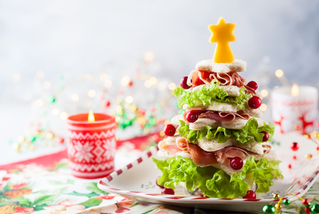 Christmas tree from toasted bread, lettuce, ham and cheese. Festive idea for Christmas or New Year dinner. Banco de Imagens - 88443838