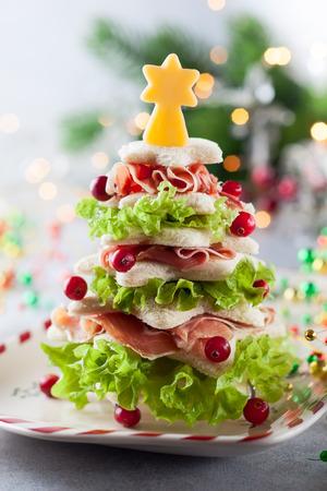 Rbol de Navidad de pan tostado, lechuga, jamón y queso. Idea festiva para la cena de Navidad o Año Nuevo. Foto de archivo - 88443860