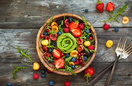과일, 베리, 야채와 신선한 샐러드. 건강한 음식. 평면도. 소박한 스타일에 깨끗 한 음식의 개념입니다.