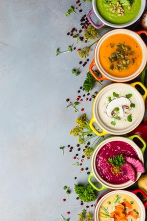 Varietà di zuppe di crema di verdure colorate e ingredienti per zuppa. Vista dall'alto. Concetto di mangiare sano o cibo vegetariano.