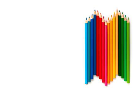 Lápices de colores sobre fondo blanco con espacio de copia. Concepto de regreso a la escuela. Vista superior, endecha plana. Foto de archivo