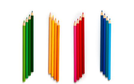 Lápices de colores sobre fondo blanco con espacio de copia. Concepto de regreso a la escuela. Vista superior, endecha plana.