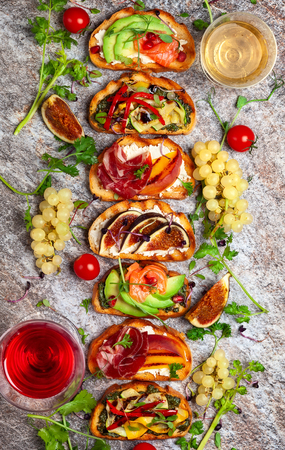 Set of assorted bruschetta  with various toppings for holiday on the stone board. Top view. Party food concept. Banque d'images - 107081785