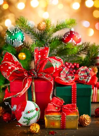 Composición de vacaciones de Navidad con cajas de regalo sobre fondo de madera