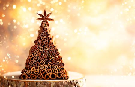 Concetto di Natale: albero di Natale fatto a mano realizzato con bastoncini di cannella e anice stellato.
