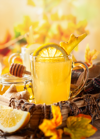 Lemon and ginger tea with honey. Spicy medicinal tea for autumn-winter season. Banque d'images - 108910887