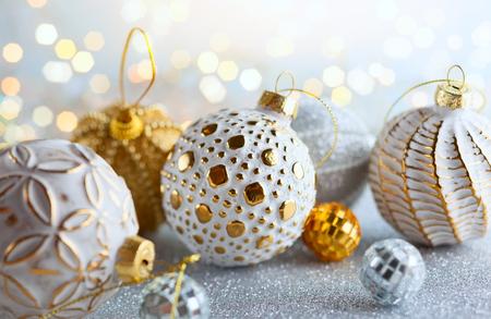 Fondo de navidad con adornos vintage plateados y dorados