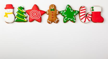 Conjunto de pan de jengibre de Navidad sobre fondo blanco. Vista superior. Concepto de Navidad con espacio de copia.