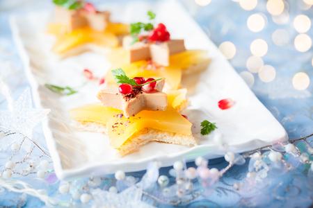 Foie gras and orange aspic on star-shaped toasts Foto de archivo - 111584424