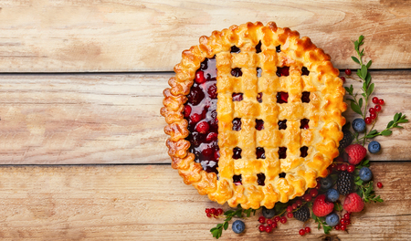 Homemade summer berry pie on rustic wooden background with copy space. Top view. 版權商用圖片