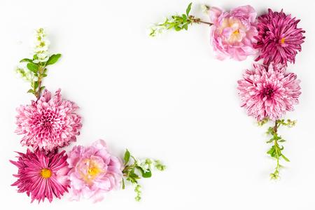 Hermosas flores de color rosa sobre blanco