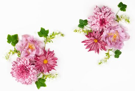 Beautiful pink flowers on white background. Flowers composition. Summer floral concept. Flat lay, copy space. Imagens - 126492132