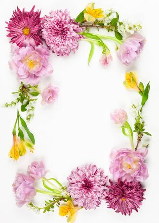 Beautiful pink flowers on white background. Flowers composition. Summer floral concept. Flat lay, copy space. Imagens - 126492133