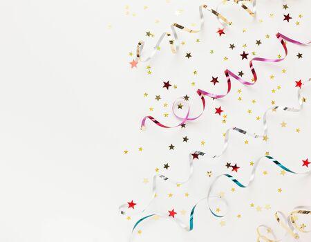 Composición de Navidad o año nuevo con adornos de cinta brillante de colores sobre fondo blanco. Endecha plana, espacio de copia Foto de archivo