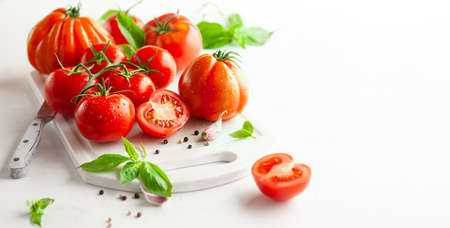 Healthy food concept with fresh ripe tomatoes, basil, garlic and spices. Clean eating Standard-Bild