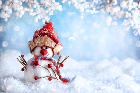 Funny Snowman on winter snowy background with snowy branches. Christmas or Winter concept. 免版税图像