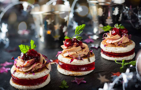 Festive appetizer with foie gras, cranberry chutney and jelly 免版税图像