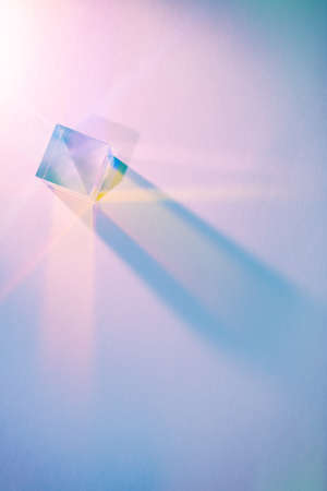 Glass cube with color spectrum rays. 免版税图像