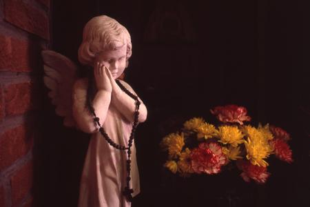 crucifix: Statuette angel child with crucifix