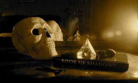 Cranio e libro segreto e cristallo magico Archivio Fotografico - 82061788