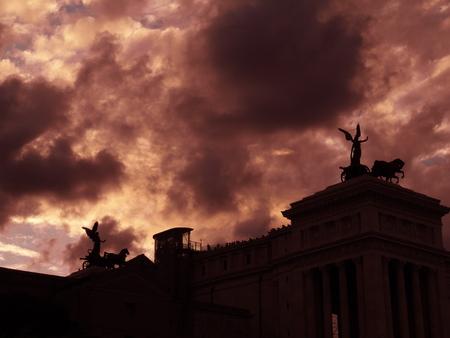 Monumento Vittoriano di Roma al tramonto Archivio Fotografico - 86570916