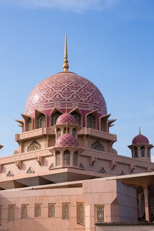 Putra mosque dome on blue sky in putrajaya, Malaysia 版權商用圖片 - 91285095