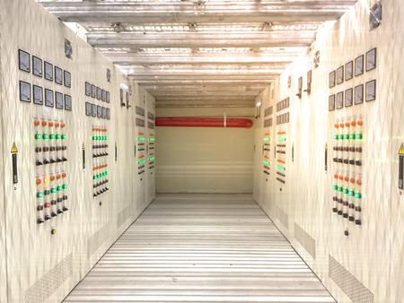 Elektroraum im explosionsgefährdeten Bereich mit Überdruck, Elektroschrank mit Korridor unter Doppelboden Standard-Bild