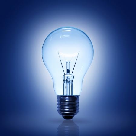 bombilla: bombilla de luz sobre fondo azul.