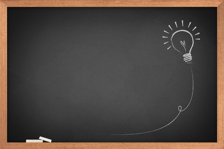 Dessin d'une idée ampoule sur tableau noir