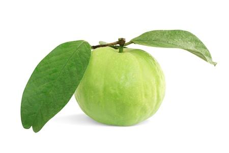 guayaba: Guayabas con hojas sobre fondo blanco