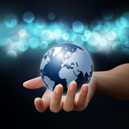 mundo manos: planeta tierra en mujer manos sobre fondo azul bokeh