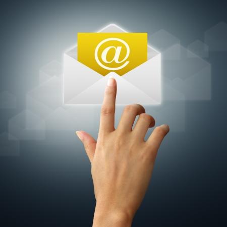 Email: Die H�nde eines femininen Touch auf dem Umschlag und Post.