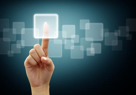 main de femme presses de l'interface écran de bouton sur fond bleu