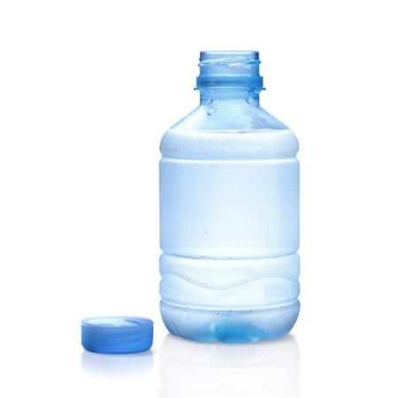 agua purificada: botella de agua mineral aislado sobre fondo blanco