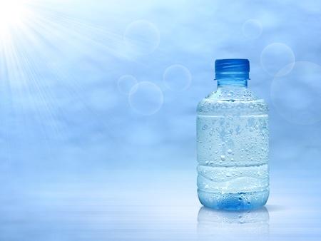 hidrógeno: botella de agua mineral, una gota de agua. Foto de archivo