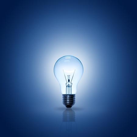 idee gl�hbirne: Gl�hbirne auf blauem Hintergrund, Quadrat.
