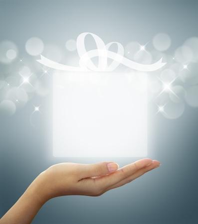 regalo de caja blanca translúcida en mano de la mujer