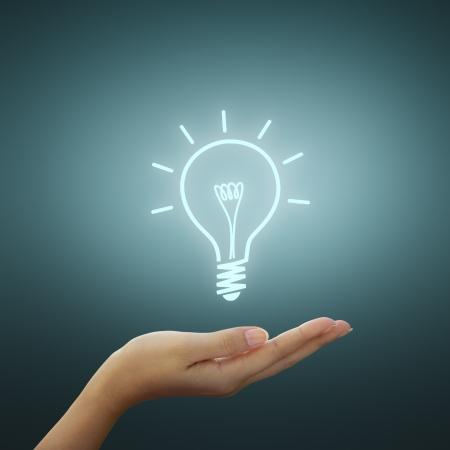 ambi��o: Bulbo id�ia desenho de luz na m�o da mulher
