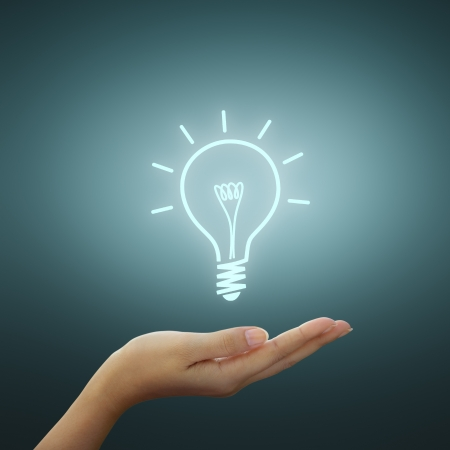 idee gl�hbirne: Gl�hbirne Licht Zeichnung Idee auf der Hand Frau