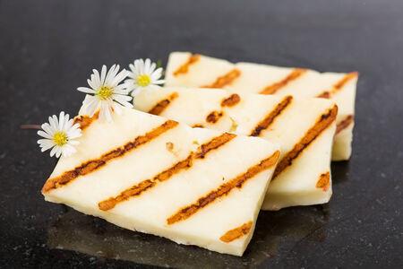 Halloumi-Käse braten in Grillpfanne. Nahaufnahme