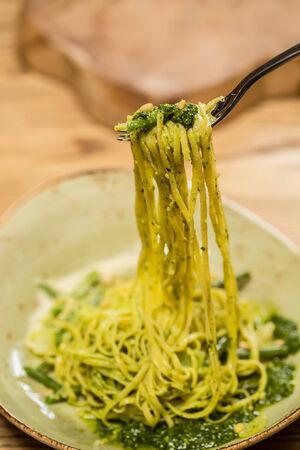 Pasta italiana con la salsa di pesto close-up. Dof poco profondo.