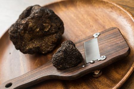 Delikatesse Pilze schwarzen Trüffel. selten und teuer Gemüse Standard-Bild - 34548460
