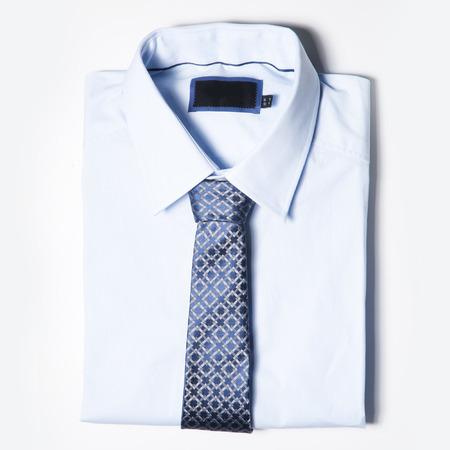 t-shirt: Conjunto de moda de los hombres la ropa est� en el fondo blanco. Camisa y corbata