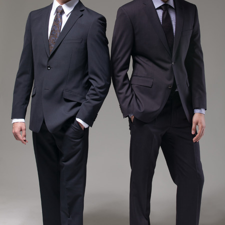 terno: Dos hombres en traje elegante en un fondo oscuro Foto de archivo