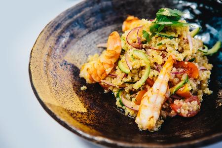 Quinoa Salat mit Garnelen, Jakobsmuscheln, Erbsen und Brokkoli Standard-Bild