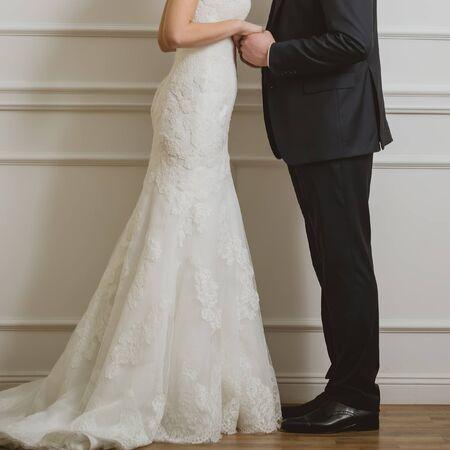 Elegant Bride et le marié posant ensemble en studio sur un jour de mariage