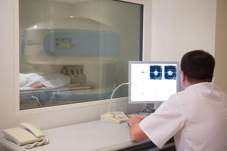 Arzt die Analyse der Ergebnisse der Frau Patient bei Knochendensitometer Maschine.