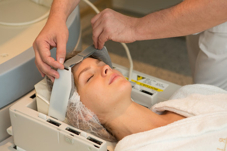resonancia magnetica: examen del doctor de la mujer en im�genes de resonancia magn�tica