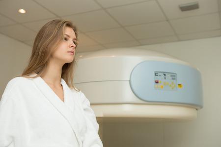 resonancia magnetica: Mujer feliz de someterse a examen de resonancia magn�tica abierta.