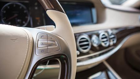 高級車のインテリアの詳細。浅い被写し界深度 - セレクティブ フォーカス